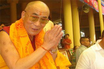 Индия фото– Далай-лама приветствует верующих