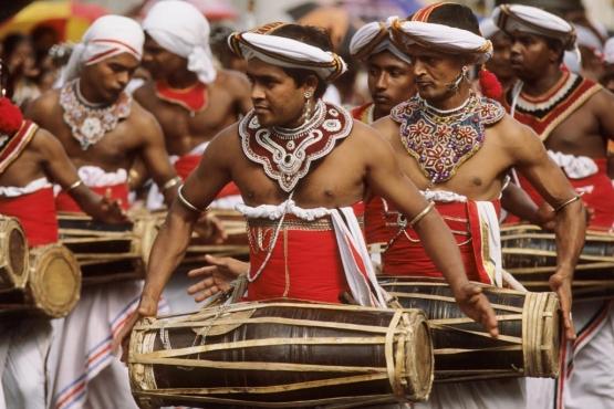 Барабанщики, играющие на беру