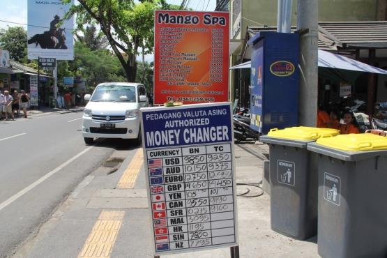 Уличный обменник на Бали
