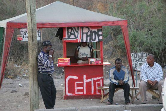 Замбия фото – Телефонный киоск на трассе близ границы Замбии и Ботсваны