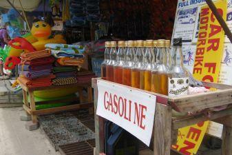 Тайланд фото – Бензин в бутылках из-под рома