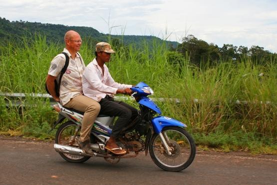 Турист с водителем мопеда
