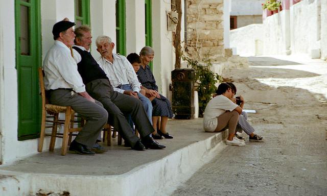 Старшее поколение проводит время беседуя