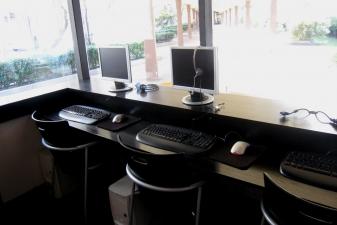 Внутри интернет-кафе