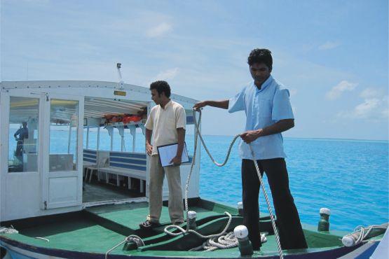 Атолл Ари фото – Моторная лодка дхони перевозит туристов