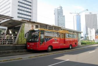 Автобус Transjakarta прибывает на остановку