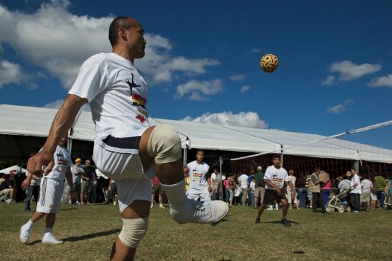 Игроки в сепак такрау делают зрелищные удары ногамми в прыжке