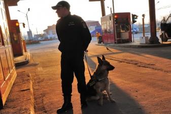 Румынский таможенник с собакой