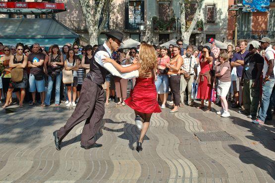 Барселона фото– Танец на бульваре Ла Рамбла