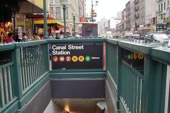 Вход в метро в Нью-Йорке
