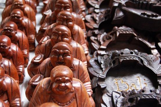 Резные ремесленные сувениры из Индонезии