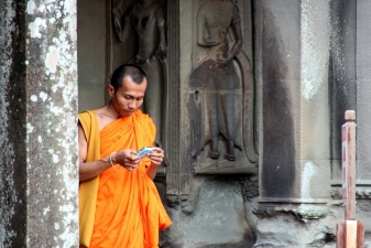Монах с телефоном