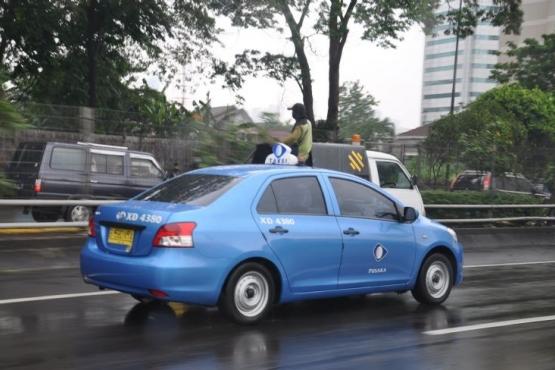 Такси крупнейшей индонезийской фирмы Blue Bird