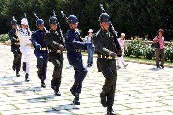 Анкара фото– Караул у мавзолея Ататюрка