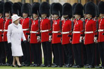 Гвардейцы перед королевой Англии