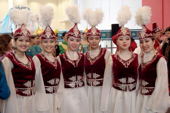 Девушки в традиционной одежде