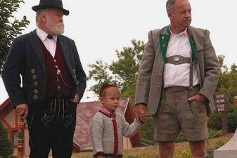 Мужчины в национальных костюмах