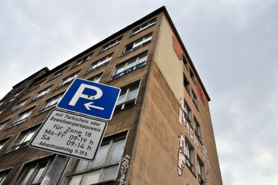 Знак с указанием промежутка времени бесплатной парковки