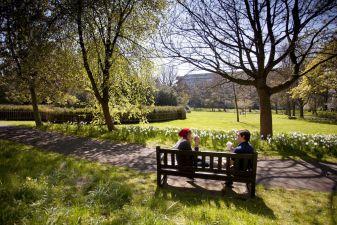 Солнечный майский день в парке George Square Gardens