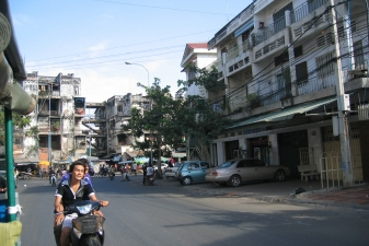 Камбоджийцы на мопеде