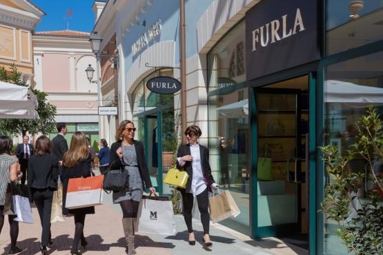127a04ac697d В пригородах Милана расположено много аутлетов, где круглый год продается  брендовая одежда со скидками 30-70 %. В Риме можно найти много торговых ...