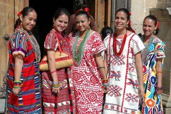Мексиканки в национальных костюмах