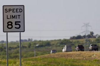 Знак ограничения скорости в США
