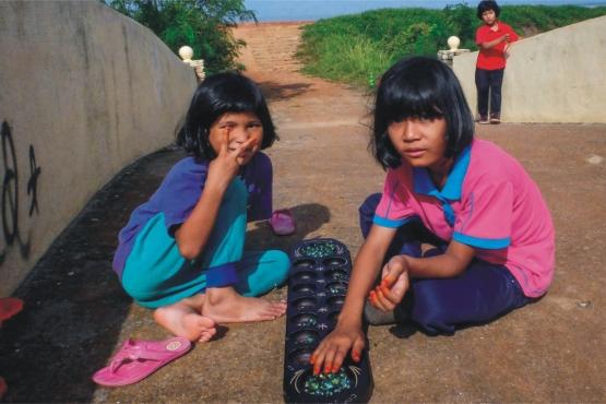 Девочки играют в чонгкак