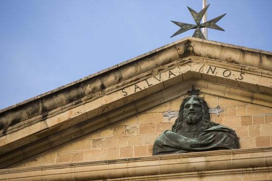 Мальтийский крест на крыше одной из церквей Валетты