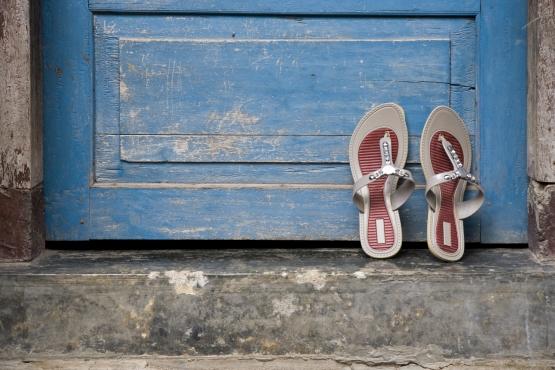 Местные традиции требуют снимать обувь перед порогом