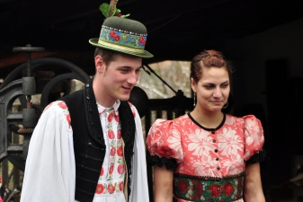 Пара в народном костюме