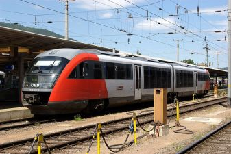 Городской поезд на платформе