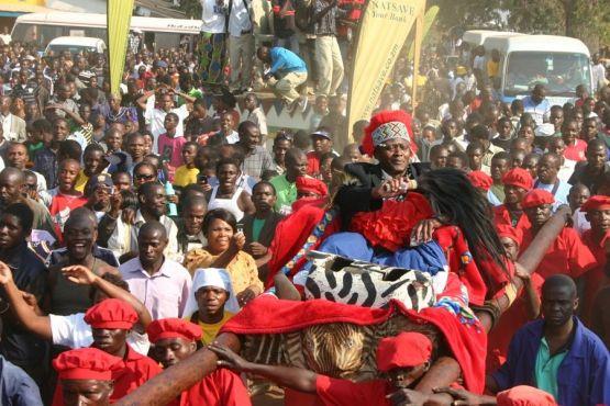 Замбия фото – Вождь племени лунда во время церемонии Куомбока