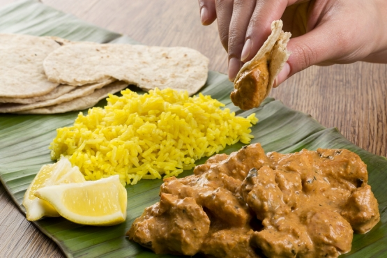 Подносить еду ко рту в Индии принято только правой рукой