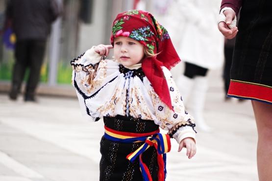Девочка в народном костюме