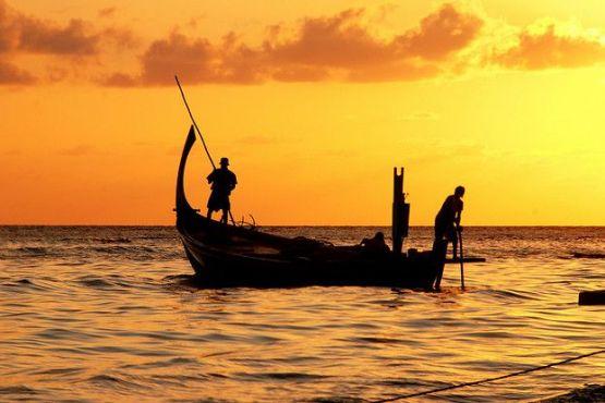Мальдивы фото – Мальдивские рыбаки на традиционной лодке дхони