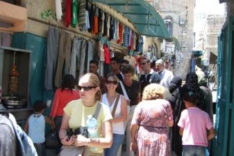 Туристы на рынке в Вифлееме