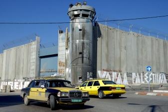 Такси около разделительной стены