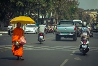 Монах посреди дороги