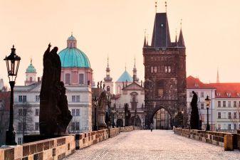 Карлов мост в Праге летом