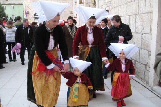 Праздничное гуляние в традиционных нарядах