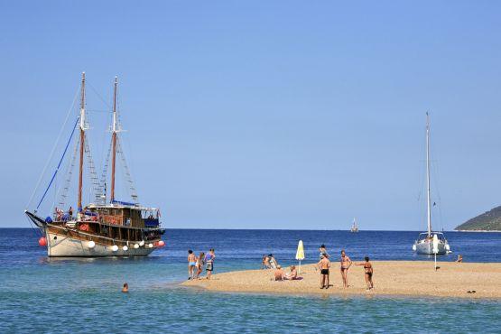Погожий летний день на пляже Златни Рат
