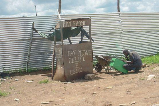 Замбия фото – Импровизированная телефонная будка в Лусаке