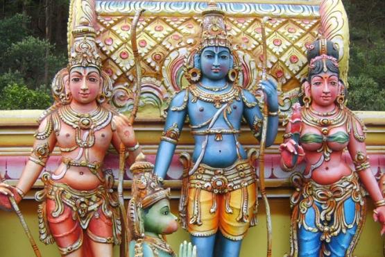 Главные герои Рамаяны на фасаде храма