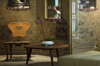 Барселона фото – выставка стульев Антонио Гауди