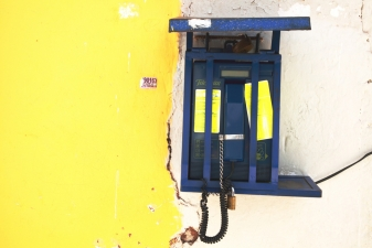 Телефон-автомат на улице