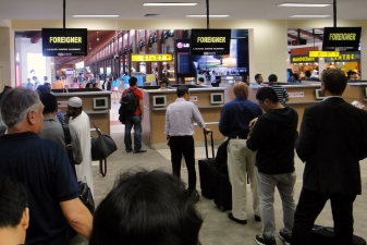Таможенный контроль в аэропорту Джакарты