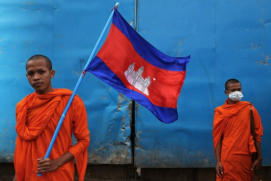 Монахи с флагом Камбоджи