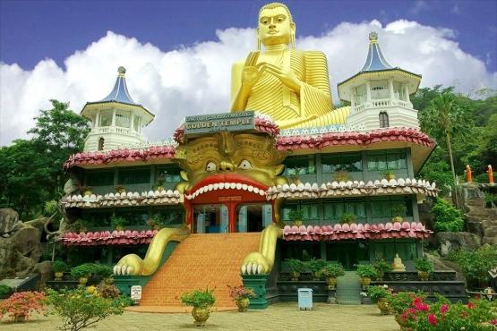 Гигантская статуя Будды в Золотом храме