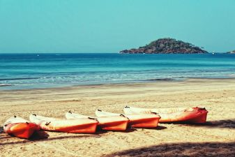 Солнечный день на пляже Палолем в Гоа